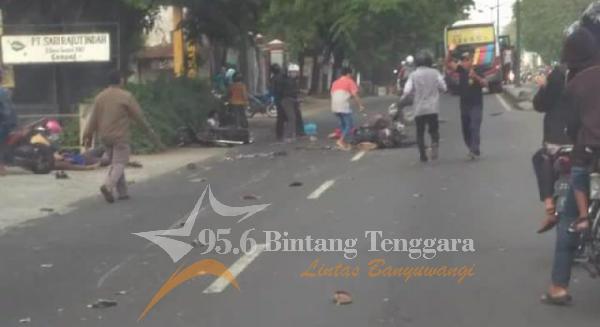 Beberapa Korban Lakalantas di daerah Pasuruan tampak tergeletak di tengah jalan dan terotoar. (Foto. Rafeq)