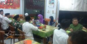 Dinda Soekarno terlihat canggung bersama Rombongan Menteri Sosial dan jajaran Pemkab Banyuwangi yang sedang menikmati santapan kuliner di Rumah Makan Rantinem Genteng