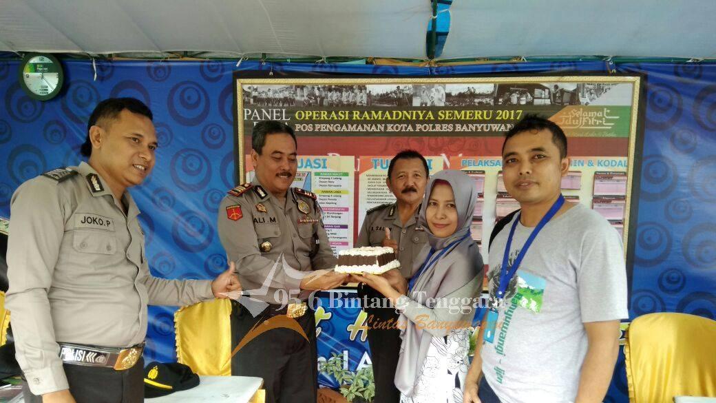 Tim News Radio Bintang Tenggara mengunjungi Pos Kota Taman Sritanjung. Teman-teman yang sedang bertugas di Pos Kota Taman Sritanjungi mengucapkan terima kasih atas apresiasi dari Radio Bintang Tenggara diterima langsung oleh AKP Ali Masduki. (Foto : BB)