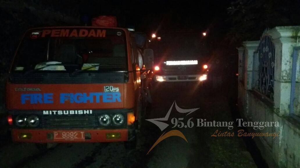 Mobil Pemadam kebakaran Tiba dilokasi Kejadian Kebakaran di Cluring. (Foto. IPTU BEJO MANDREAS)