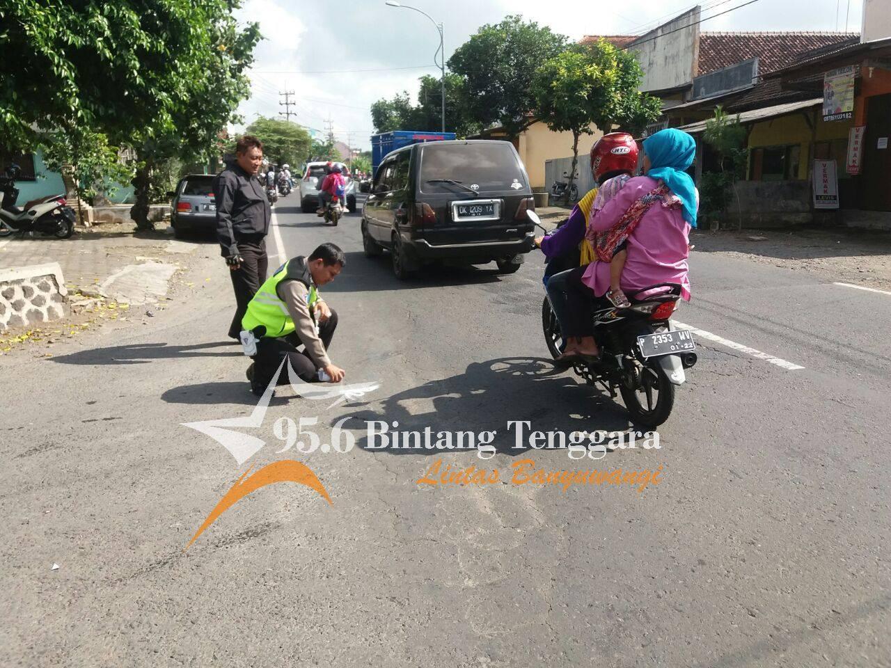 Petugas Melakukan Olah TKP Kejadian Laka Lantas di Gambiran. Minggu (02/07) (Foto. Hatta)