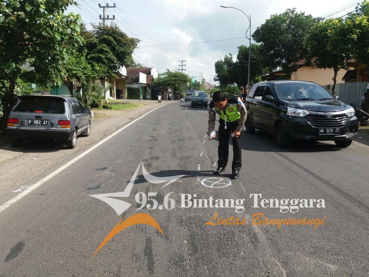 Salah seorang petugas menujukan lokasi kejadian kecelakaan yang melibatkan dua pengendara sepeda motor di Gambiran. (foto. Hatta)