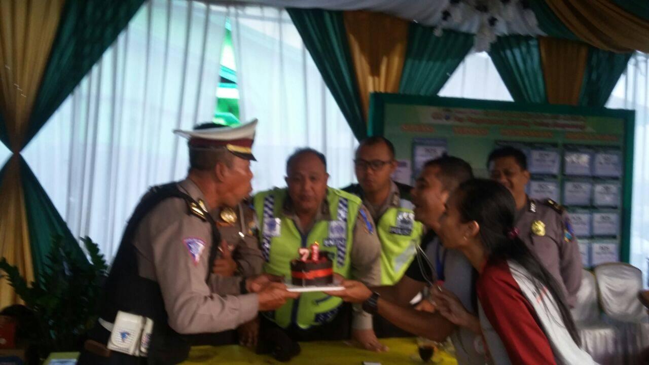 Personil Pos Pam Ramadnia Polsek Genteng bersama kru Bintang Tenggara saat memberikan ucapan selama HUT Bayangkara ke-71 (Foto. RBT/Far)