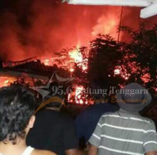 Kondisi  Saat Si Jago Merah Melahap Bangunan Rumah Milik Jazuri. (Foto. Isni Ifa)