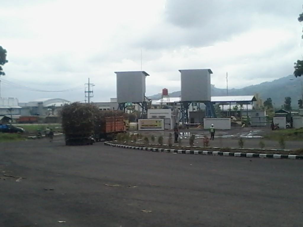 Antrian Truk Tebu saat Menunggu Giliran Gilling di Industri Gula Glenmore banyuwangi. Jum'at (07/07) (Foto. RBT/Far)