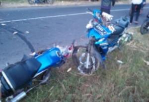 Tampak Kondisi Kedua sepeda motor yang terlibat kecelakaan di Panarukan mengalami kerusakan parah. (Foto. Zaini Zain)